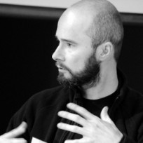 Krystain Woznicki ist Gründer und Herausgeber der Online-Zeitung Berliner Gazette sowie als Buchautor und Veranstaltungs-Kurator tätig.