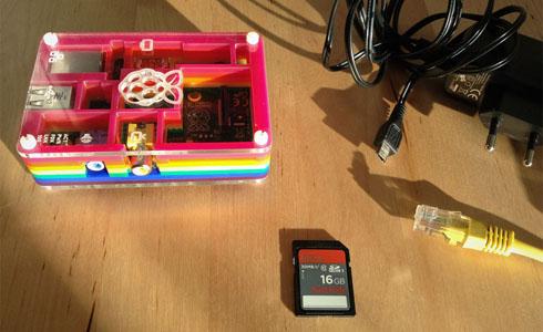 Raspberry Pi mit Zubehör: SD-Karte, Ethernet-Kabel und Netzteil