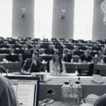 Dokumentation-Democracy-Jan-Philipp-Albrecht-Mitarbeiter-Ralf-Bendrath-im-EU-Parlament-Foto-c-Indi-Film-Marcus-Winterbauer