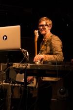 Bandleader J. Willgoose Esq. Live auf der Bühne. Foto: Paul Hudson CC BY