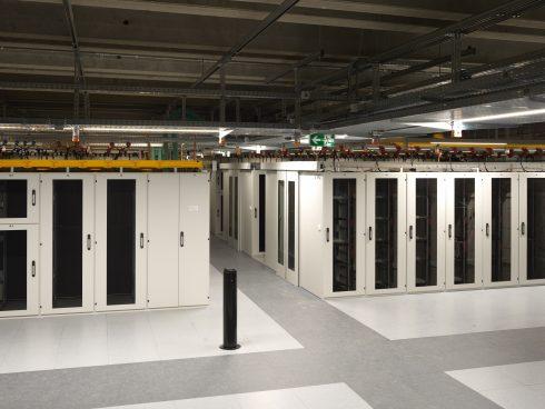Die normierten Racks in den Beton-Innenräumen des Rechenzentrums in Gais könnten irgendwo stehen.